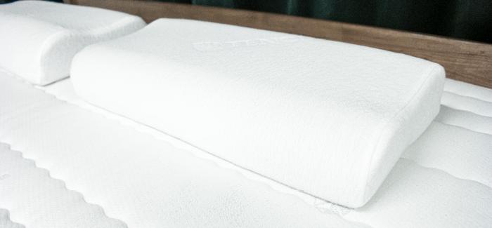 Nackenstützkissen auf Bett
